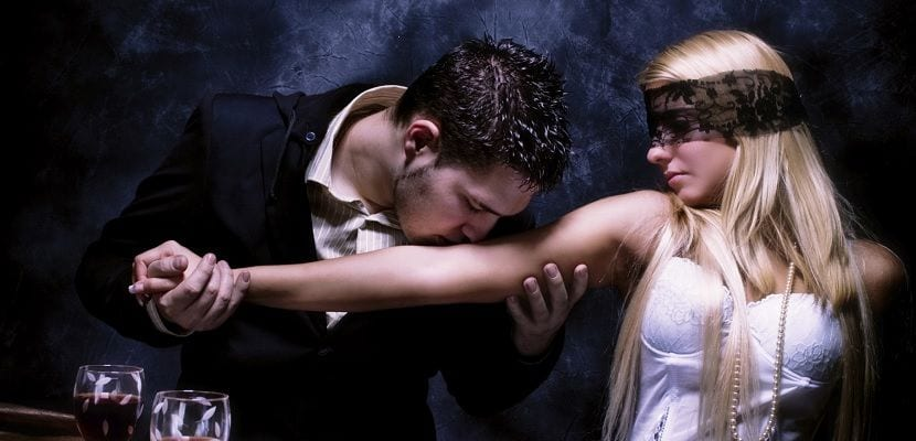 Mujer coqueteando a resistente